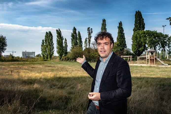 Roel van Tiel en zijn vereniging Dorpsbelang Hees vrezen de benzeenuitstoot van het verderop gelegen asfaltfabriek van Dura Vermeer.