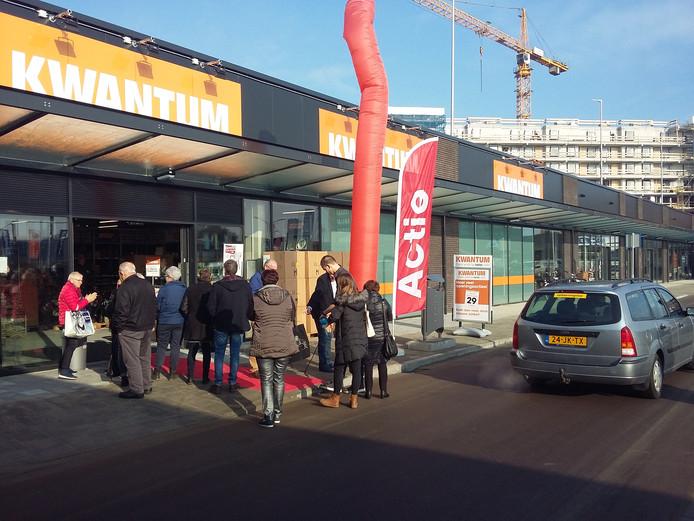 Er was donderdagochtend bij de opening van de nieuwe Kwantum veel belangstelling van koopjesjagers.