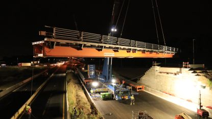 43 meter lange en 33 ton zware brug met kraan over snelweg gelegd