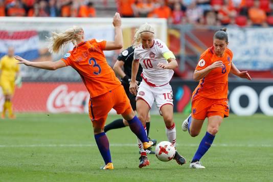 Pernille Harder in actie namens Denemarken tegen Nederland in de finale van het EK 2017 in Enschede.