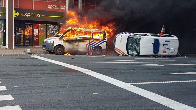 Gele hesjes steken afgelopen vrijdag een politiewagen in brand