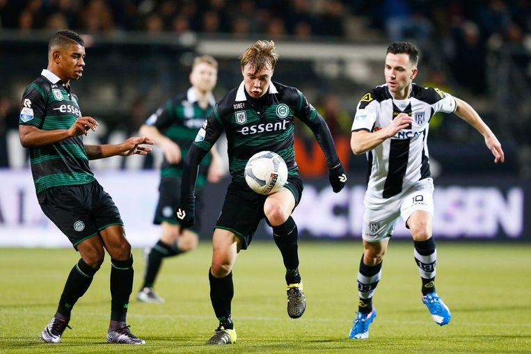 Simon Tibbling van FC Groningen aan de bal. Beeld null
