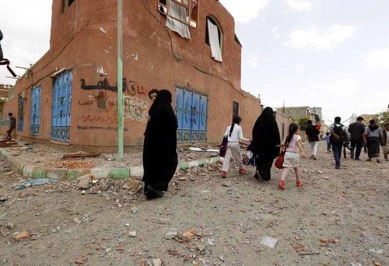Jemenieten in de hoofdstad Sanaa slaan op de vlucht voor de luchtaanvallen door de Saoedische coalitie. Beeld epa