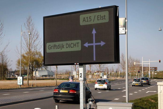 Met twee nieuwe led-schermen waarschuwft Nijmegen automobilisten extra voor het 'verboden' deel van de Griftdijk. Een bezoekje binnen de spits levert na de eerste waarschuwing een bon van 95 euro op.