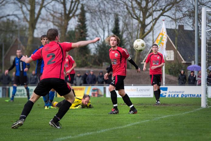 Stijn Gradussen (midden, met witte aanvoerdersband) van Roda'28 scoorde twee keer.