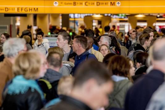 Reizigers op luchthaven Schiphol dit weekend. ANP ROBIN UTRECHT