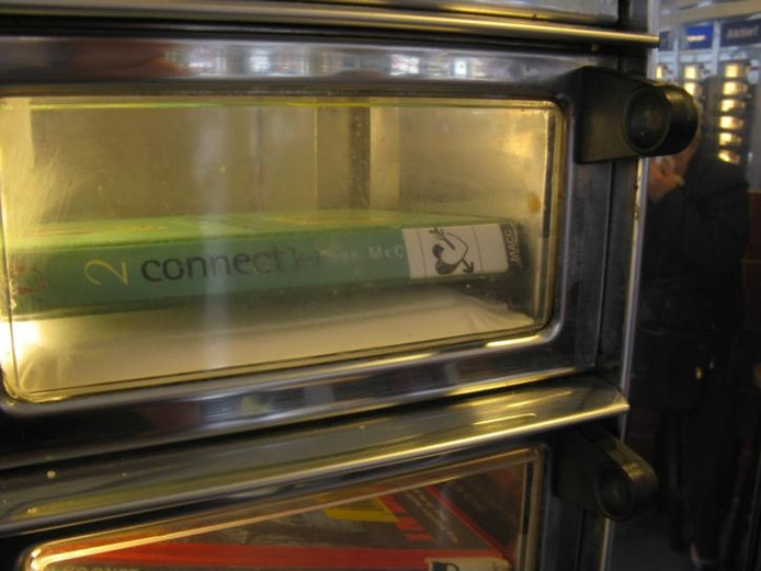 Boeken uit de automaat. Toekomst? foto Henk van 't Veen (mmv cafetaria 't Frietje)