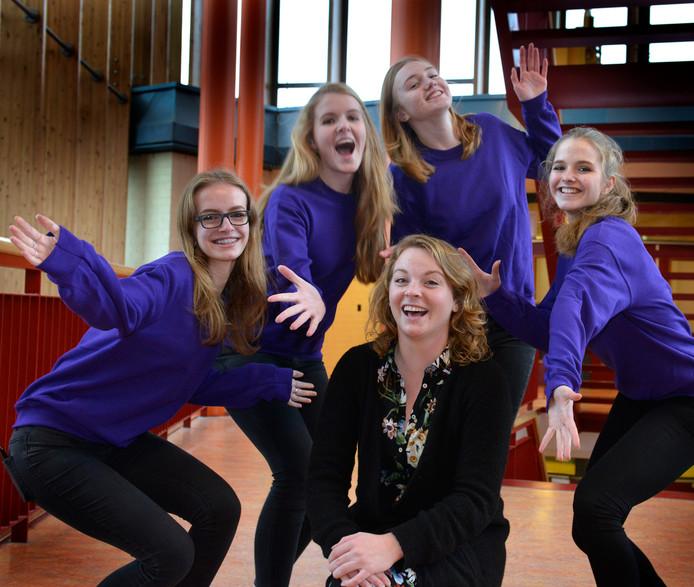 Docent Nederlands Marloes Meuzelaar, samen met de meiden uit de leerlingenraad die Paarse Vrijdag op College De Heemlanden helpen organiseren:  Vivianne, Anna, Veerle en Elyse.