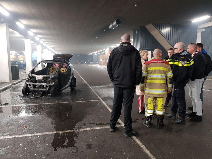 De Smart brandde volledig uit, de parkeergarage en McDonalds werden ontruimd