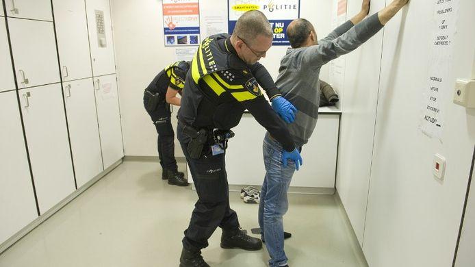 De burgemeester wil dat de politie langer mensen kan fouilleren op het bezit van messen en andere wapens.