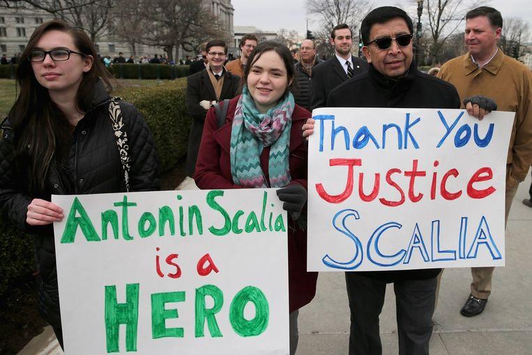 Amerikanen tonen hun respect voor de overleden rechter Antonin Scalia Beeld afp