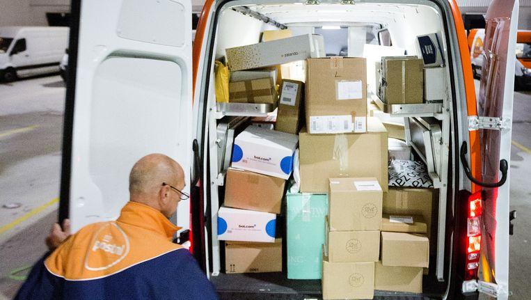 Een PostNL-bezorger bij het sorteertcentrum. Beeld Jiri Buller