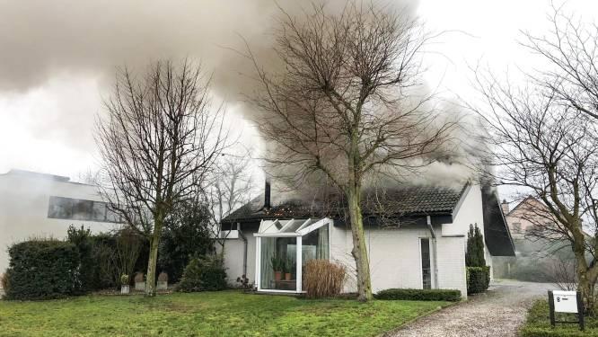 Alerte buur merkt brand op tijdens dutje van bewoner: huis onbewoonbaar maar geen gewonden
