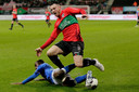 Augustine Loof van FC Den Bosch zet een tackle in op NEC-aanvaller Randy Wolters.