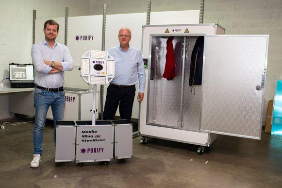 Olivier (links) en Chris (rechts) Proot bij de mobiele ledlamp en de kast. De apparaten ontsmetten met uv C-licht ruimtes, oppervlakten en objecten.