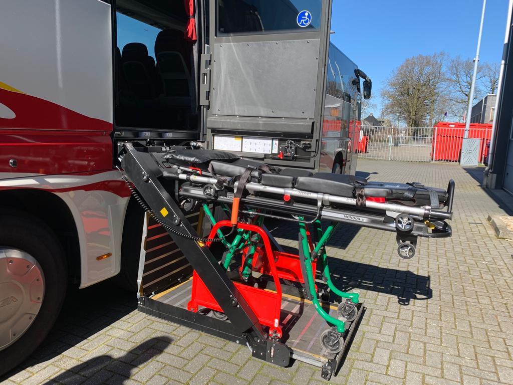 De rolstoelbus beschikt over een lift, wat het vervoer van patiënten eenvoudiger maakt.