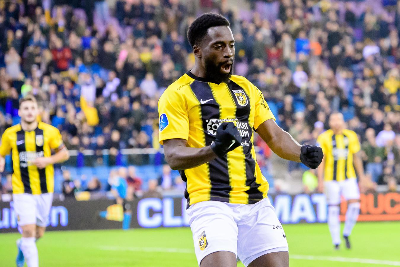 Nouha Dicko viert zijn doelpunt voor Vitesse in GelreDome tegen De Graafschap, in de KNVB-beker.