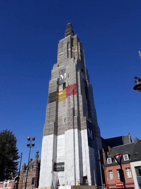 De toren van de Sint-Katharinakerk staat momenteel in de steigers.