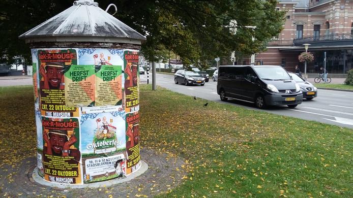 Op één van de aanplakzuilen in Arnhem hangen nog posters van het afgeblazen Oktoberfest.