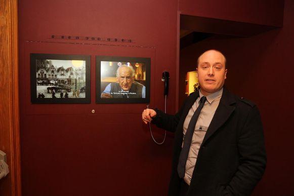 Directeur Steven Vandenbussche toont de vernieuwde schermen.