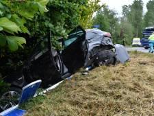 Vrachtwagenchauffeur rijdt personenauto aan gort op kruispunt in Emst: één gewonde
