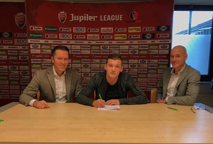 Jeroen Verkennis tekent zijn contract onder toeziend oog van algemeen directeur Theo Glaudemans en voorzitter Philippe van Esch.