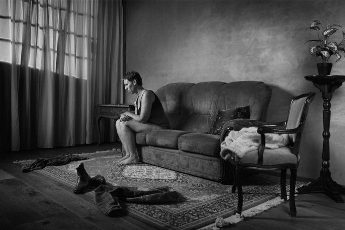 Mariël Groenen poseerde voor een fotoboek waarin de ingrijpende gevolgen van seksueel misbruik worden verbeeld.