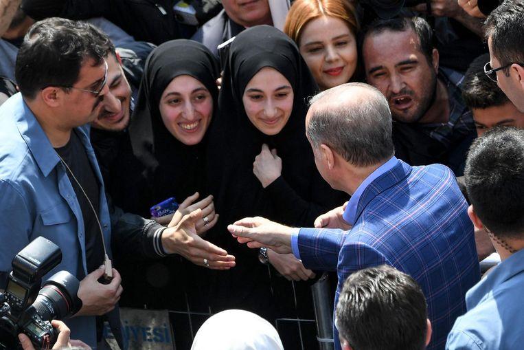 Erdogan groet zijn supporters in Istanbul. Beeld afp