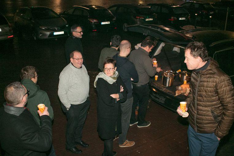 Meerderheid en oppositie schuift aan de auto van Filip Herman aan voor een beker soep.