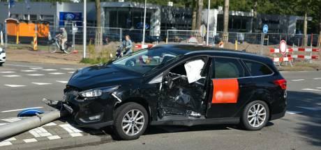 Ravage op Tilburgse kruising door botsing met twee auto's, ambulance komt om inzittend kind na te kijken