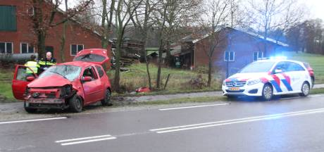 Gewonde bij ongeluk in Markelo: auto vliegt uit de bocht en botst tegen twee bomen