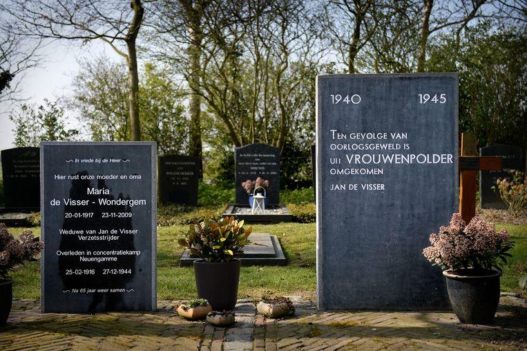 Het monument voor verzetsman Jan de Visser met de grafsteen van zijn vrouw Maria op de begraafplaats in Vrouwenpolder. Beeld Marcel van den Bergh