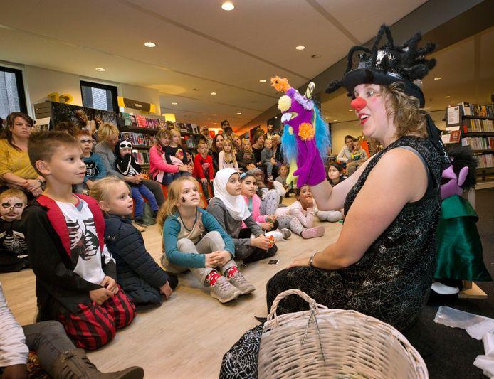 Clown Li tijdens een halloweenvoorstelling in de bibliotheek in Rucphen in 2017.