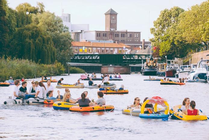 De eerste Rubberbotenparty op de Dommel in Den Bosch in mei werd al goed bezocht.