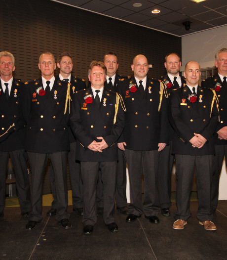 Niets te blussen maar toch nattigheid: lintjes voor tien Veldhovense brandweerlieden