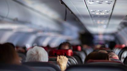 Vrouw valt in slaap op vlucht naar Toronto. Als ze wakker wordt is ze alleen op donker vliegtuig