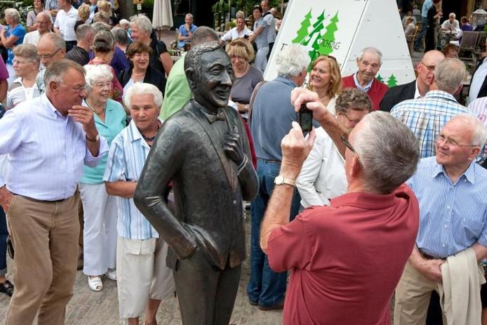 Albert Mol in brons. Meteen na de onthulling liepen veel Larenaren naar het beeld om hun beroemde dorpsgenoot eens van nabij te bekijken. foto Ronald Hissink