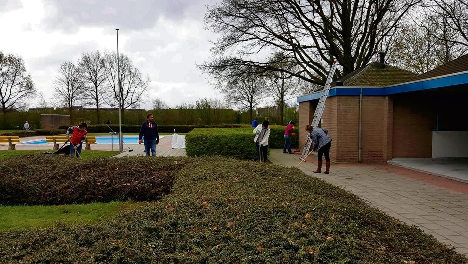 Een van de mogelijke locaties voor het nieuwe multifunctionele gebouw ligt ten oosten van het zwembad.