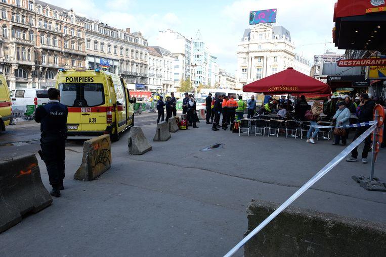 Mensen worden medisch gecontroleerd aan de uitgang van metrostation De Brouckère.