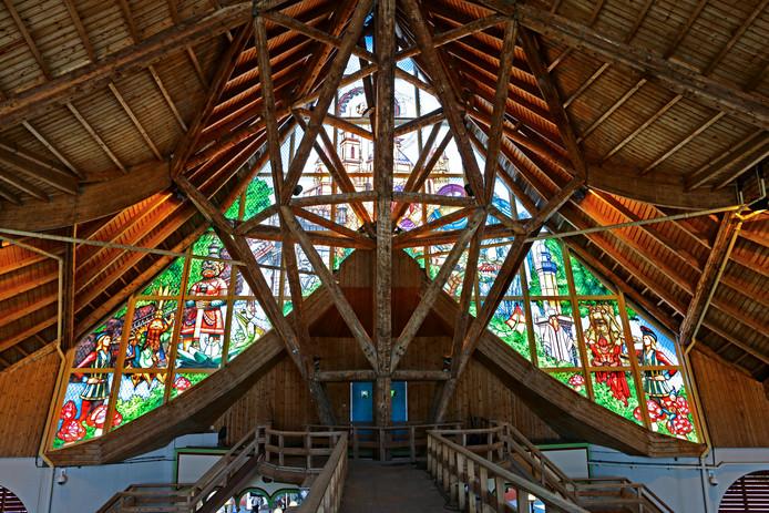 Het nieuwe glas-in-lood boven de hoofdentree in het Huis van de Vijf Zintuigen bij de Efteling.