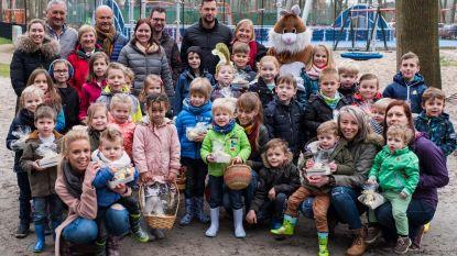 Kinderen zoeken paaseitjes in wandelbos Parkheide