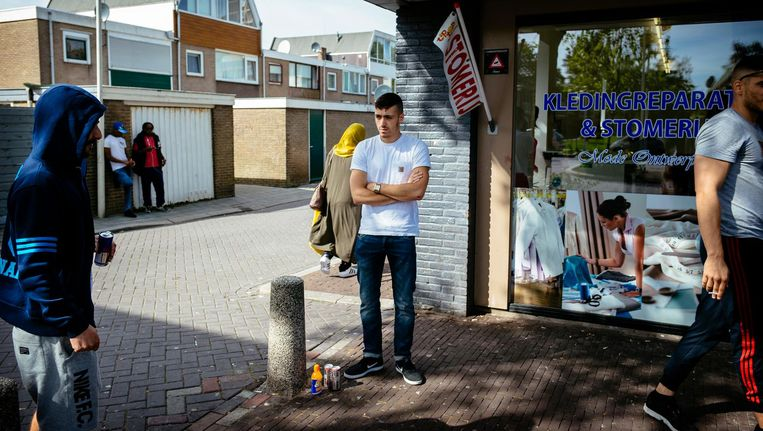 Jongeren in de wijk Poelenburg. Beeld Marc Driessen