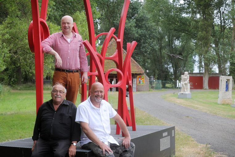 Peter, Bart en Gracien Dendooven bij een van de beelden in het witte dorp.