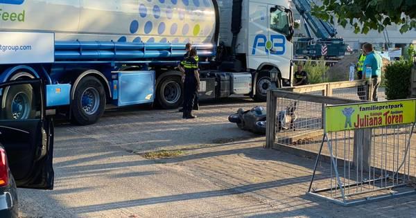 Jonge scooterrijdsters gewond bij botsing met bulkwagen op N310 in Uddel.