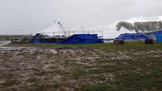 De tent van de Oktoberfeesten in Afferden is omgewaaid.