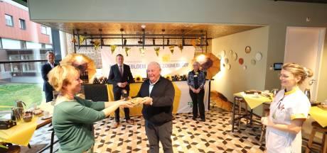 Zorg en Zonnebloem Geldrop krijgen 1100 amandelstaven als hart onder riem