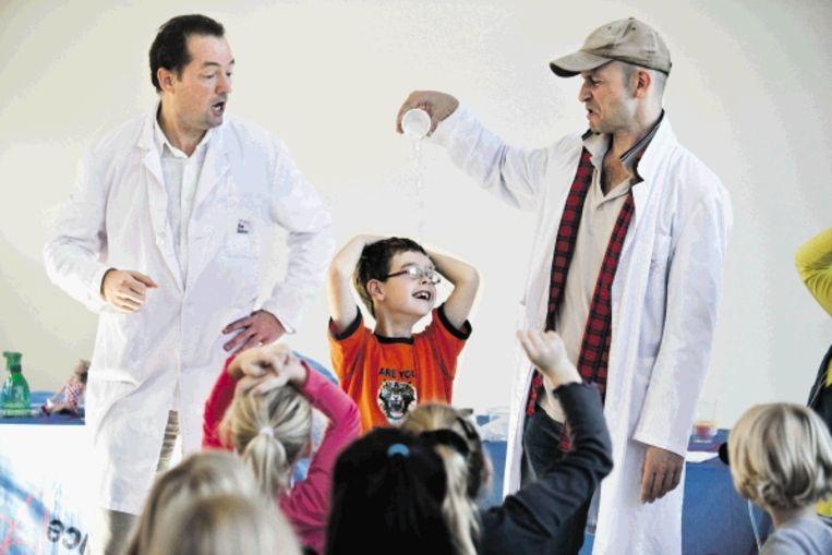 In het Science Centre in Delft komen kinderen tijdens een voorstelling in aanraking met simpele wetenschappelijke proefjes. (FOTO ARIE KIEVIT) Beeld Arie Kievit