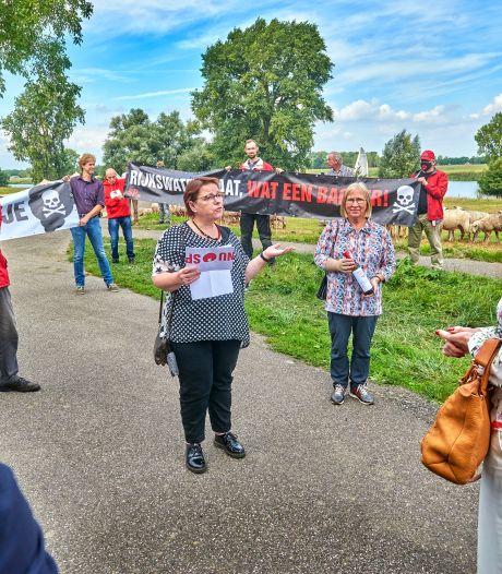 Minister stuit op Maasdijk bij Dieden op demonstranten tegen stort van granuliet