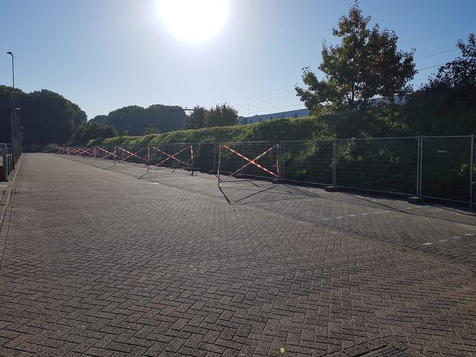 Op de parkeerplaats van Sv Reeshof staan sinds zaterdag noodhekken.