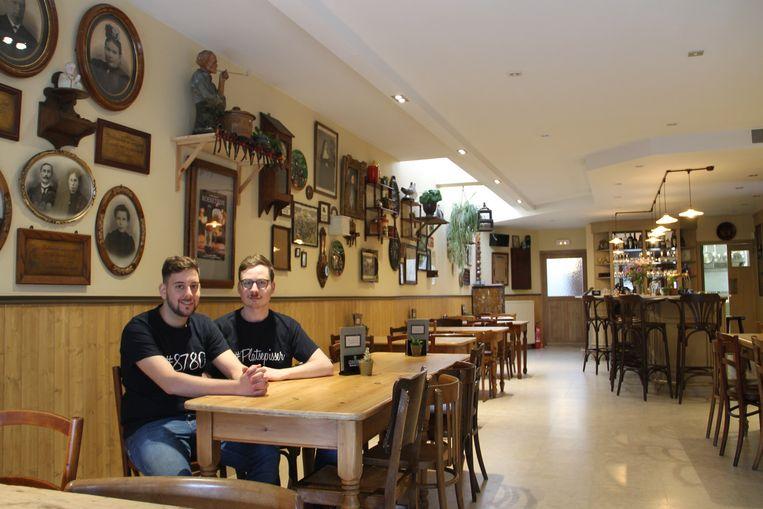 Aad en Maarten in hun Café Centraal in Oostrozebeke.